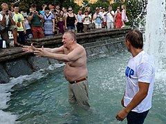 На Манежной площади Жириновский искупался в фонтане
